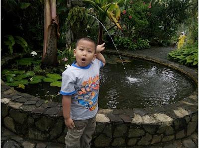 taman gaya Bali Taman Bunga Nusantara