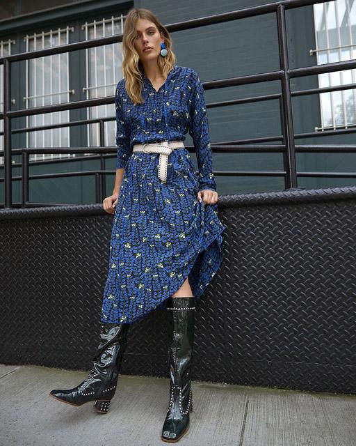 Синее платье с белым ремнем для фигуры прямоугольник