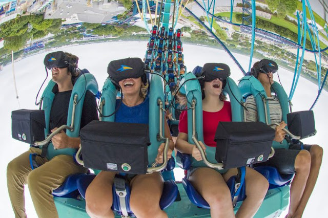 Visitantes com óculos da montanha-russa Kraken no SeaWorld Orlando
