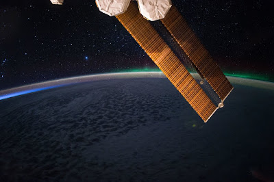 Noche estrellada con Aurora desde la ISS