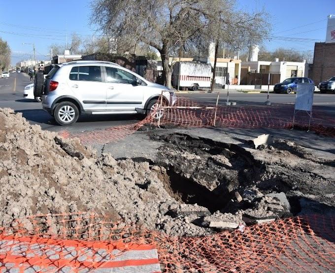 Se hundió el asfalto y reavivó el caos vehicular en una esquina complicada