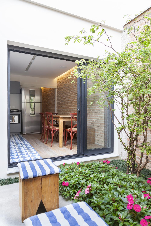 Um pequeno quintal decorado para se apaixonar jeito de - Fotos de aticos decorados ...
