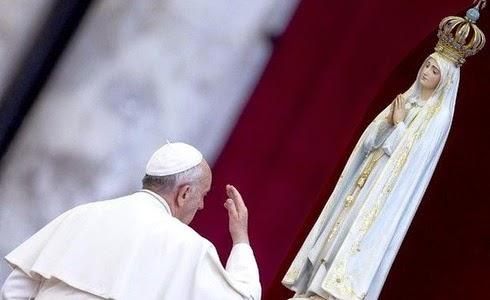 Papa Francisco ante imagen de la Virgen María
