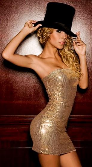 Foto de Delly Madrid con vestido dorado
