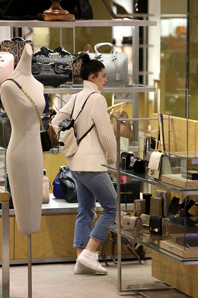 Kylie Jenner without make up on shopping 003