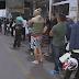 Motoristas esperam 2 horas em pé para encher galões de gasolina em Ceilândia