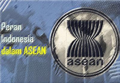 """Sejak dibentuknya ASEAN pada tahun 1967, negara-negara anggota telah meletakkan kerjasama dibidang ekonomi, politik, pendidikan, dan sosial budaya sebagai yang merupakan agenda utama selalu diperbincangkan.  Peran Indonesia dalam ASEAN terjadi lantaran, lingkaran konsentris yang pertama dari kebijakan luar negeri, Pemerintah Indonesia menempatkan ASEAN sebagai pilar utama politik luar negeri Indonesia dengan terus aktif dalam kerja sama ASEAN dalam mewujudkan visi. Pengertian ASEAN: Apa itu ASEAN?  Secara etimologi ASEAN berasal dari kata Association of Southeast Asian Nations atau secara bahasa Indonesia ASEAN berarti Perhimpunan Bangsa-Bangsa Asia Tenggara. Secara terminologi, pengertian ASEAN secara umum adalah organisasi kawasan yang mewadahi kerja sama antarnegara di Asia Tenggara tahun 1967.  Dalam sejarahnya, ASEAN didirikan pada tanggal 8 Agustus 1967 di Bangkok, ibu kota Thailand yang pada saat itu yang tergabung adalah Indonesia, malaysia, Thailand, dan Singapura.  Pembentukan ASEAN saat itu dibuktikan dengan adanya penandatanganan Deklarasi Bangkok oleh Adam Malik (Menteri Luar Negeri Indonesia), Tun Abdul Razak (Wakil Perdana Menteri sekaligus Menteri Luar Negeri Malaysia), Narciso Ramos (Menteri Luar Negeri Filipina, Thanat Khoman (Menteri Luar Negeri Thailand) dan S. Rajatratnam (Menteri Luar Negeri Singapura) yang diperingati setiap tahun sebagai hari ASEAN.  Alasan ASEAN dibentuk  Pada awalnya dalam sejarah ASEAN dimulai dari hasrat dalam menciptakan kawasan yang damai, negara-negara penandatangan Deklarasi Bangkok dalam menginginkan kerja sama untuk mencapai antara lain, dalam hal pertumbuhan ekonomi, perkembangan sosial-budaya. Serta adanya suatu perdamaian dan stabilitas dalam suatu wadah yang dikenal dengan ASEAN. Hal itu sehingga ASEAN mengusung semboyan yang berbunyi """"Satu Visi, Satu Identitas, Satu Komunitas""""  Macam-Macam Peran Indonesia dalam ASEAN di Berbagai Bidang Pada kali ini, sejauh penulis yang dapat rangkum terkait peran Indonesia dal"""