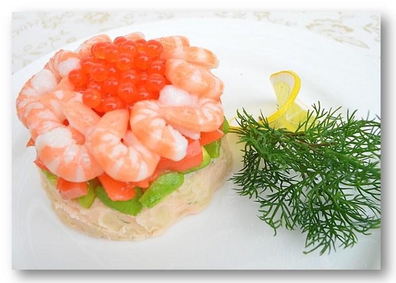 Салат с креветками и красной икрой фото