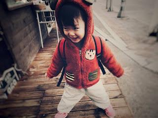 教養上常犯的錯是,放任孩子,卻又在他犯錯時責備他。