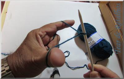 Foto mostandro a abertura dos dedos indicador e polegar para afastar os fios e iniciar a posição de montagem da base de tricô à italiana ou long tail cast on.