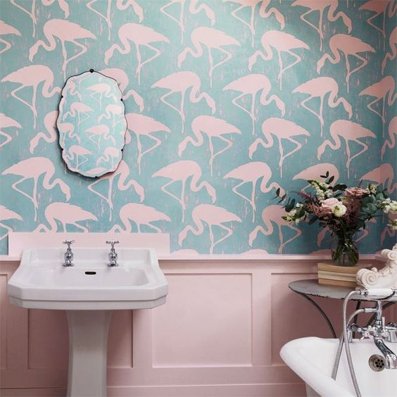 Banheiro decorado com flamingos