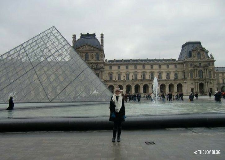 Outside the Louvre | That One Time I Went to Paris // WWW.THEJOYBLOG.NET