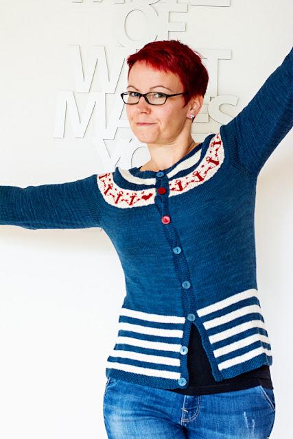 Strickjacke Fintry von Kate Davies mit Ankern und Streifen