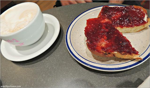 Desayuno con Tostadas en la Cafetería A Baked Joint, Washington D.C.