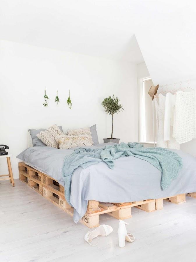 dormitorio, bedroom, estilo nordico, nordic style, madera de palet, cama de palet, palet, muebles de palet, mesita auxiliar, lino, sabanas gris,