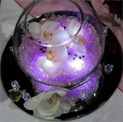 romantic wedding table fish bowl design and decoration with flowers,and beads,small nuggets of transparent beads