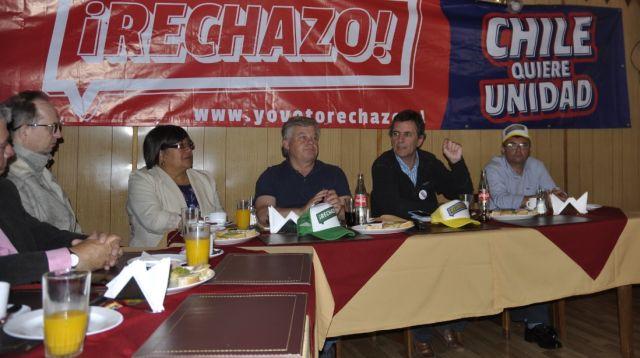"""Gonzalo de la Carrera llegó a Río Bueno con """"Yo voto rechazo"""""""