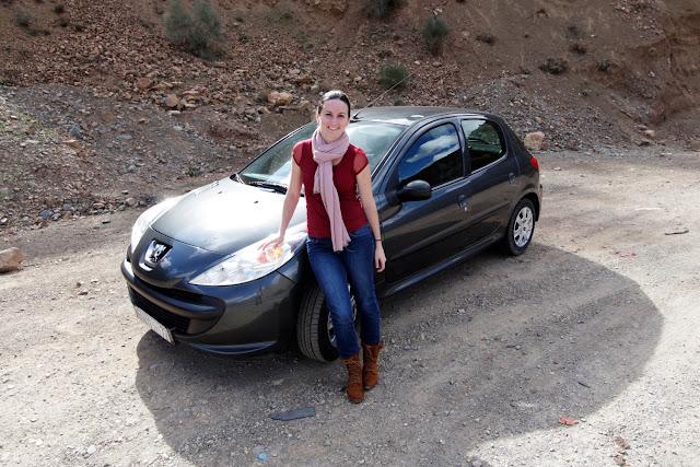 Lena delante de nuestro coche de alquiler por el sur de Marruecos