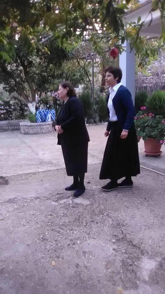 Στο πατρικό του τυλιγμένος με την Ελληνική σημαία ο Κωνσταντίνος Κατσίφας kk2