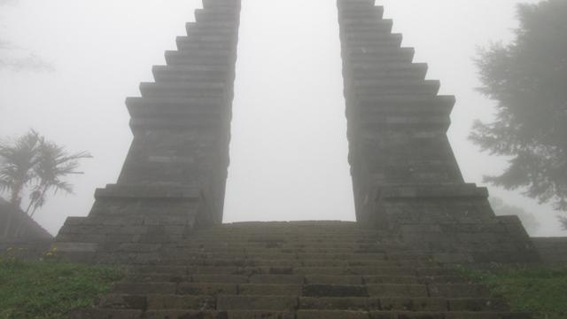 gapura pintu masuk ke Candi Cetho