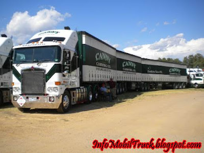Foto truk gandeng yang besar dan panjang