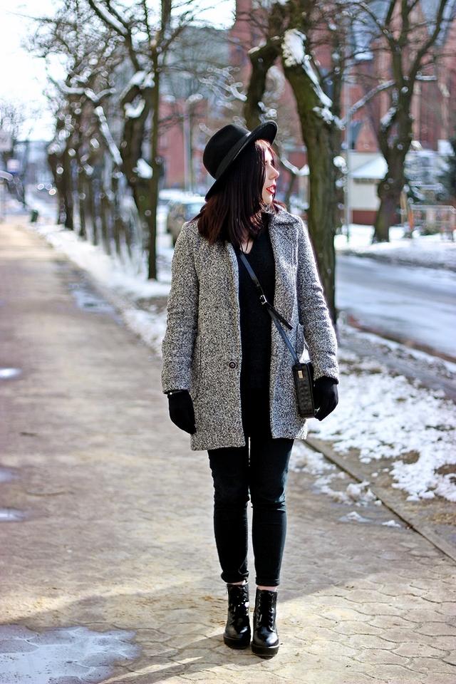 elegancka stylizacja z kapeluszem i wełnianym płaszczem