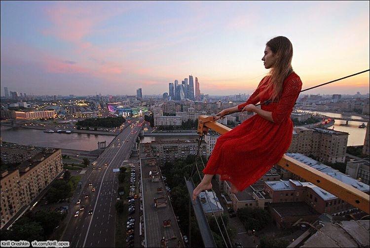 فتاة تتسلق المباني