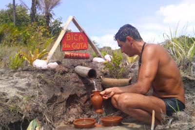 Julíndio tomando água de bica no Território Macuxi/PB