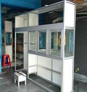 Partisi rak display depot air