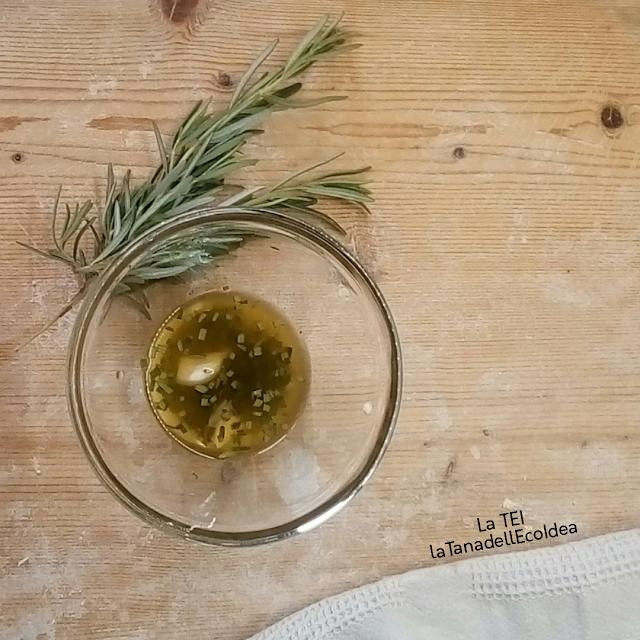 Condimento olio evo , aglio e rosmarino
