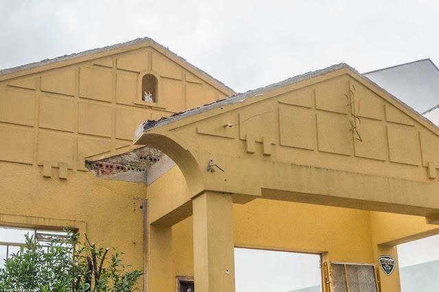 A fachada de uma casa em demolição - detalhe