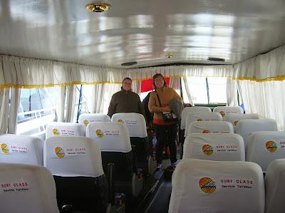 Barca turística en Puno, Perú, La vuelta al mundo de Asun y Ricardo, round the world, mundoporlibre.com