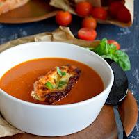 Sopa de tomate e pimentos com queijo cabra