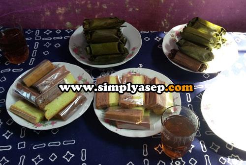 NIKMAT :  Hidangan di meja yang khas dari Desa Kembang Nanggulan berupa kue kue dan arem arem.  Teh hangat nikmat juga  tersedia. Mau nambah ya silahkan. Foto Asep Haryono
