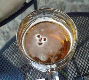 Lächelndes Bier im Glas