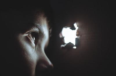 Πλαστές ανάγκες φόβος χειραγώγηση και ο δρόμος της συνειδητότητας