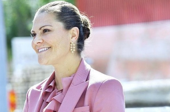 Crown Princess Victoria wore Rodebjer Nera Pink pantsuit and Rodebjer Xilla silk blouse. Kreuger Jewellery Poppy gold earrings