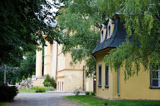 Mansion Dolná Krupá y en primer plano Memorial a Beethoven.