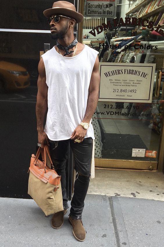 Look Masculino com Bandana Vermelha Amarrada no pescoço
