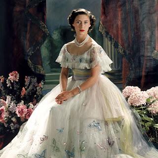 Resultado de imagem para influência da Era Elisabetana e da coroação de Elizabeth II: corpete pontudo nos vestidos e estilo princesa no cinema.