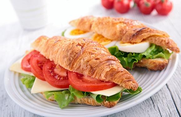 Sandwich Croissant Au Fromage Et Tomates