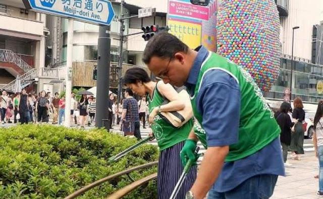 Anies Punguti Sampah Di Tokyo Jepang, Netizen Sindir : Ingin jadi Wali Kota di Jepang?