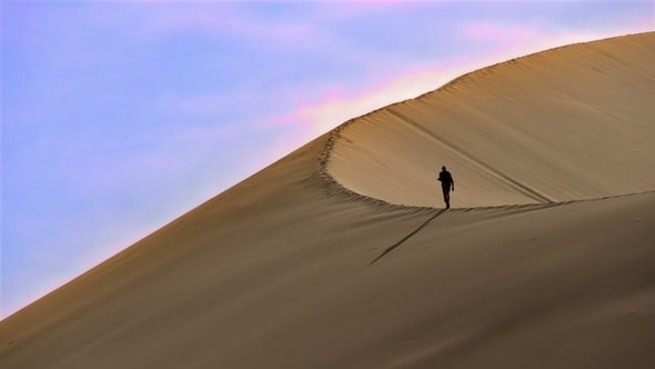 لقطات للمونتاج | رجل يمشي في الصحراء، الكثبان الرملية