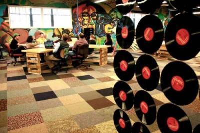Tirai penyekat ruangan yang terbuat dari vinyl record.