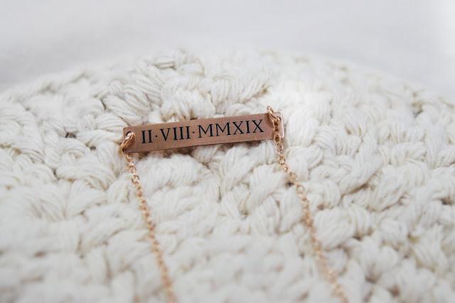 Sincerely Silver lança colares com data personalizável em numeral romano