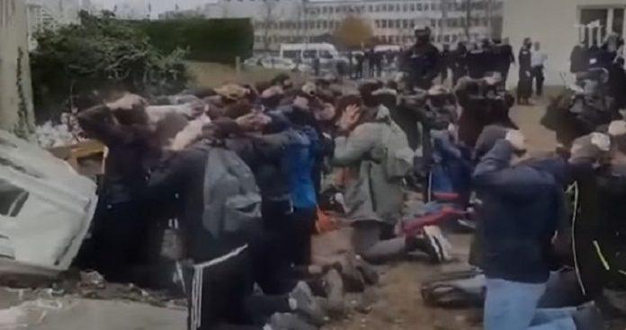 ... που προβάλλονται σε βίντεο 146 νέων που συνελήφθησαν μπροστά σε λύκειο  της Μαντ-λα-Ζολί 62f2ba568e1
