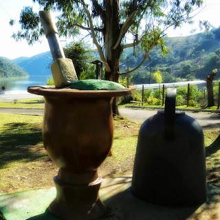 Monumento Cuia e Chaleira, em Vacaria. Ponte do Socorro e Rio Pelotas, ao Fundo.
