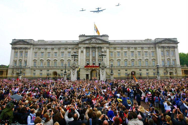 Buckingham Sarayı özellikle Temmuz ve Eylül aylarında ziyaretçi akınına uğramaktadır.
