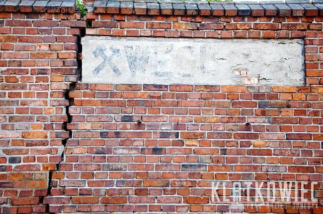 Oborniki Wielkopolskie. Stary napis na murze.