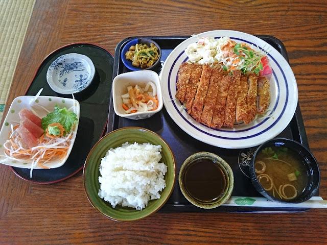 トンカツ定食(酢の物、刺身、サラダ、漬け物付)の写真